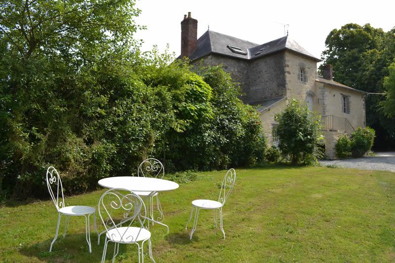 gite-grande-maison-poupardiere-domaine-des-vaulx-table-jardin