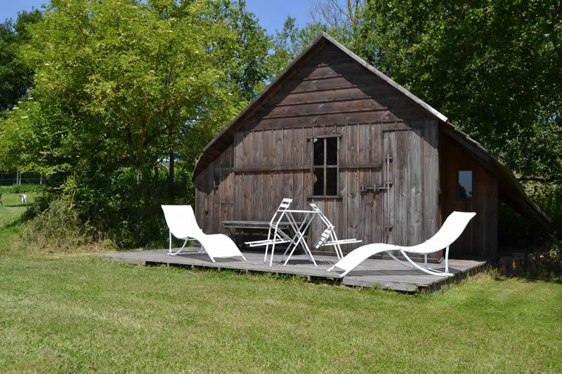 Domaine-des-Vaulx-cabane-Voiles-Blanches-terrasse