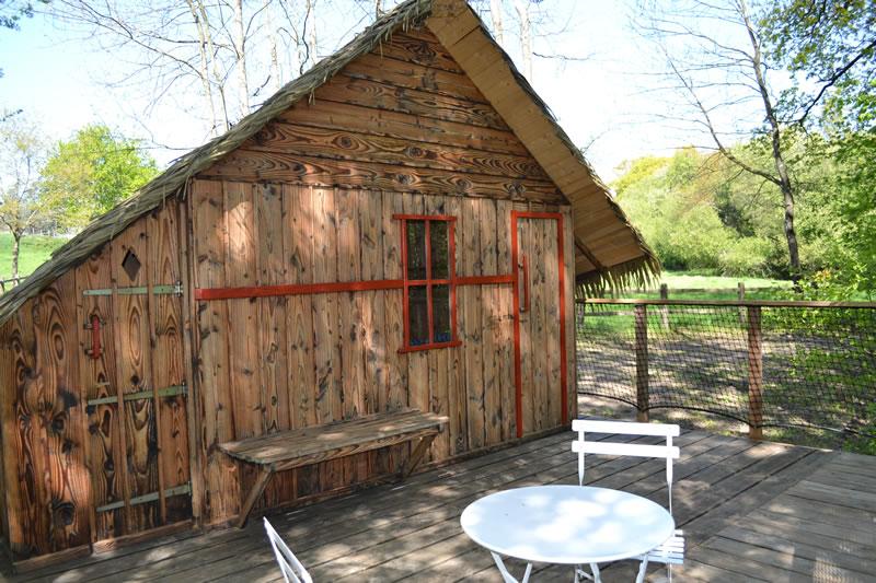 Cabane-Paillotte-facade-Domaine-des-vaulx