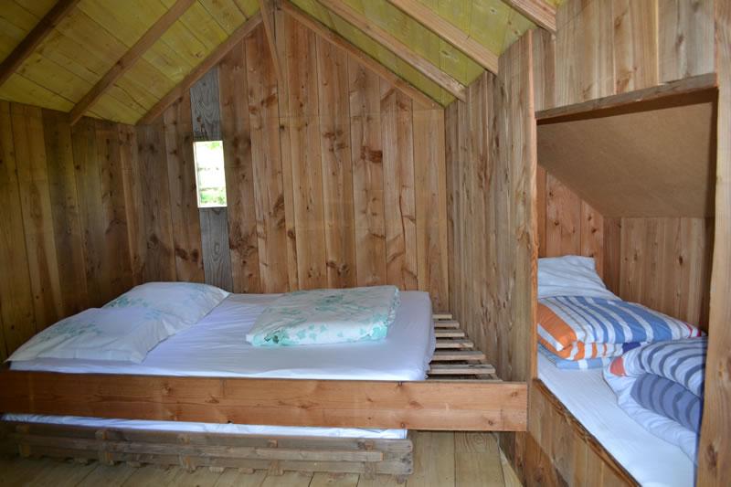 Cabane-Paillotte-lits-Domaine-des-vaulx