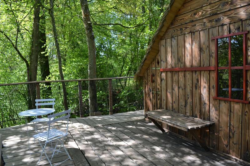 Cabane-Paillotte-terrasse-Domaine-des-vaulx