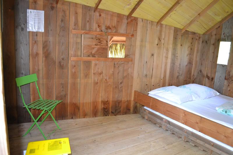 Cabane-Paillotte-interieur-Domaine-des-vaulx