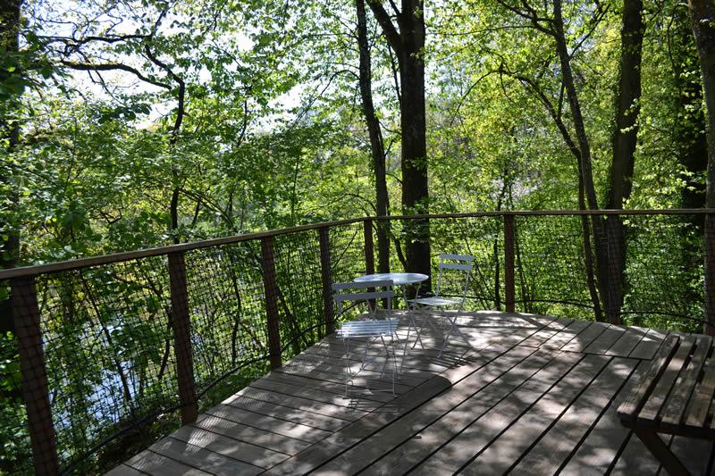 Cabane-Paillotte-vue-lac-Domaine-des-vaulx