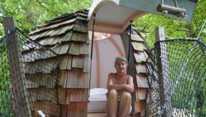 Flavie Dubel, devant la cabane en forme d'œuf dans lequel un couple peut se percher.   OUEST-FRANCE